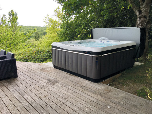 beautiful jacuzzi dans son jardin pictures design trends 2017. Black Bedroom Furniture Sets. Home Design Ideas