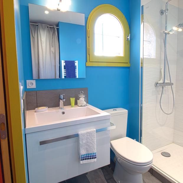 Nouveau look pour salle de bains exigeante ma maison for Tableau decoratif pour salle de bain